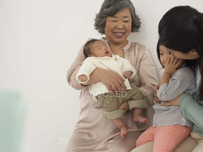 Asian senior woman with daughter and two granddaughters — Stock Photo