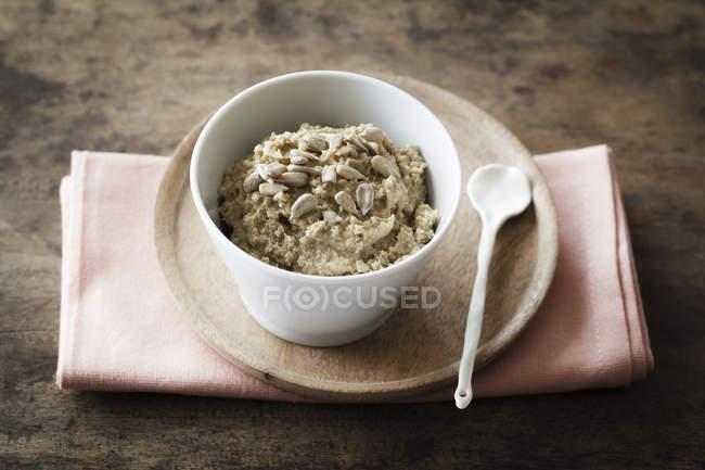 Burro fatto in casa con semi di girasole — Foto stock