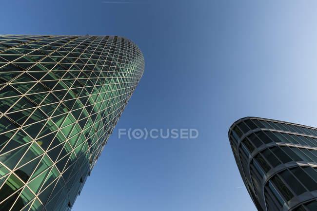 Нижній подання Westhafen башти в денний час, Франкфурт, Німеччина — стокове фото