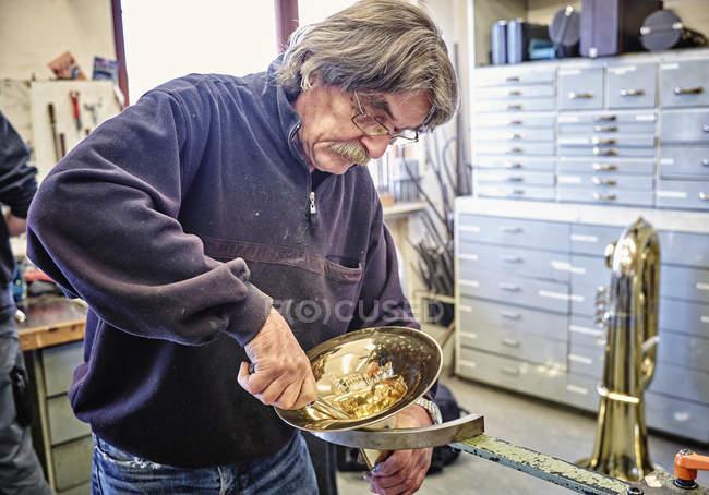 Мастер по ремонту труб в мастерской — стоковое фото