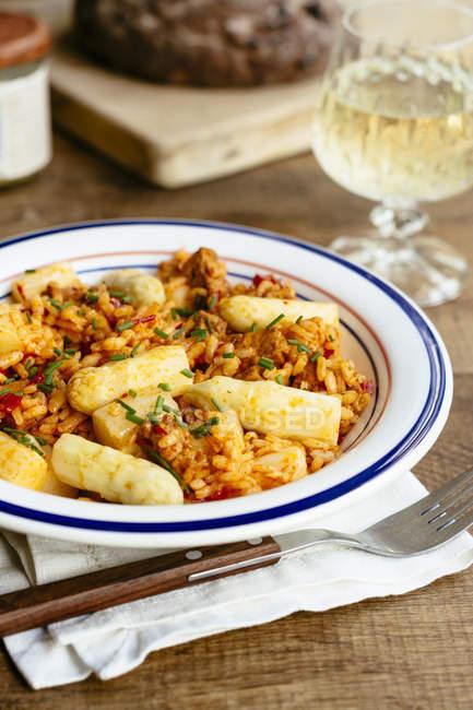 Geröstete Paprika-Risotto mit Spargel und würzigen tofu — Stockfoto