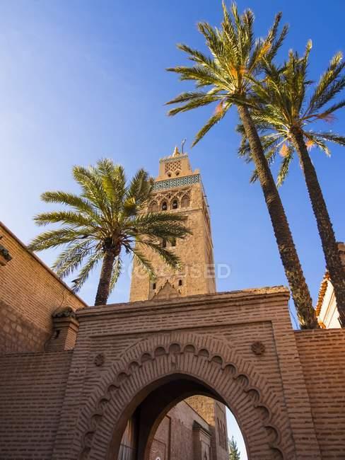 Marrocos, Marrakech-Tensift-El Haouz, Marraquexe, porta de entrada para a Mesquita de Koutoubia, minarete — Fotografia de Stock