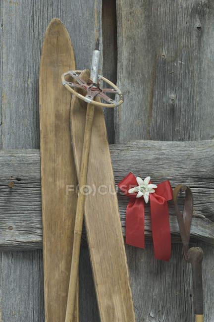 старые лыжи лыжные палки красный бант с эдельвейсами