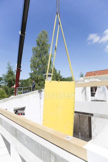Строительство жилого дома, монтаж крыши — стоковое фото