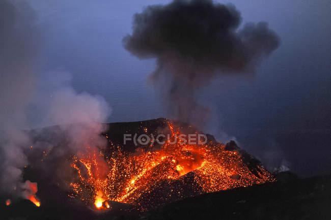 Italy, Stromboli, glowing lava and smoke of Stromboli volcano — Stock Photo