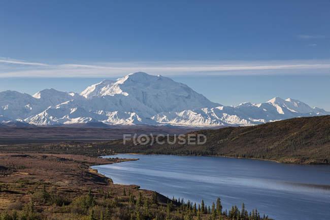 Monte Mckinley y reflejo de la maravilla de lago en el Parque Nacional de Denali, Alaska, Estados Unidos - foto de stock
