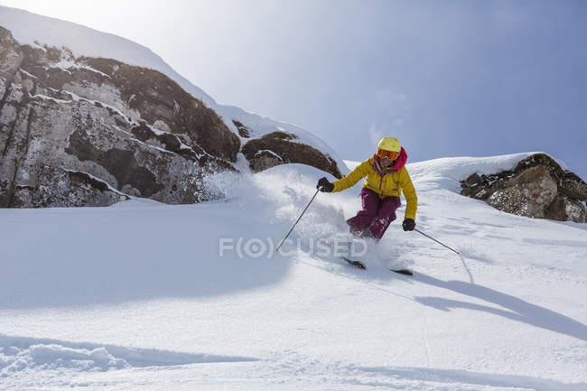 Suisse, Grisons, Obersaxen, skieuse ski dans la neige — Photo de stock