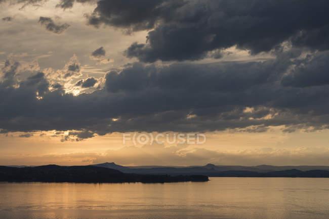 Suisse, Thurgovie, Salenstein, vue sur lac de Constance, Hoeri de la péninsule et Hegau montagnes à l'horizon — Photo de stock