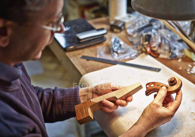 Скрипка maker вивчення шиї та прокручування інструмент — стокове фото
