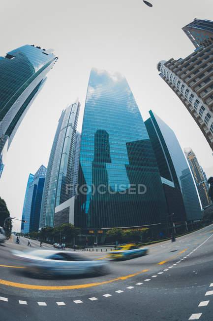 Сінгапур, Downtown, дорога, Високий-піднімаються будівель, риб'ячий очей — стокове фото