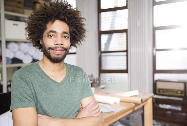 Sourire créatif professionnel permanent au bureau avec les bras croisés — Photo de stock