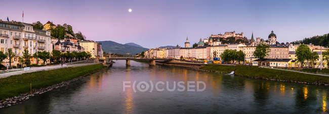 Австрія, Зальцбург, міський пейзаж з річки Зальцах вночі — стокове фото