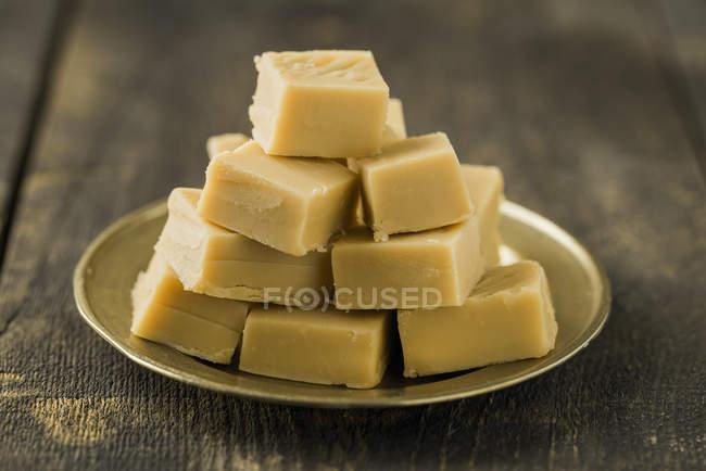Pilha de caramelos caseiros na placa — Fotografia de Stock