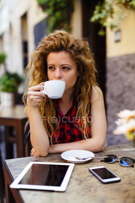 Жінка в придорожньому кафе, пити з чашки — стокове фото