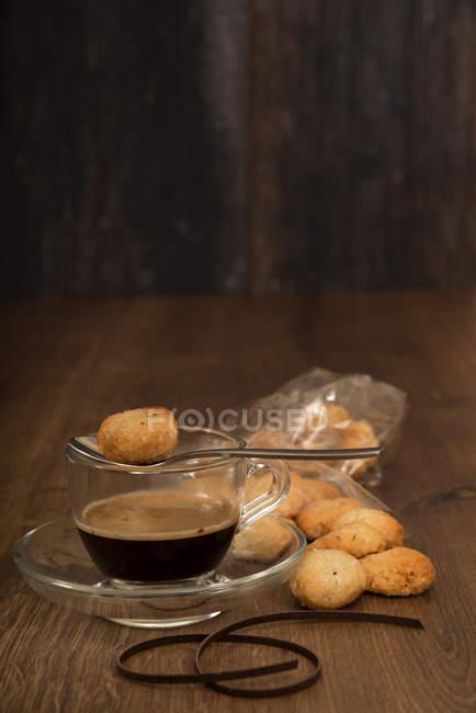 Домашние amarettini и эспрессо на деревянный стол — стоковое фото