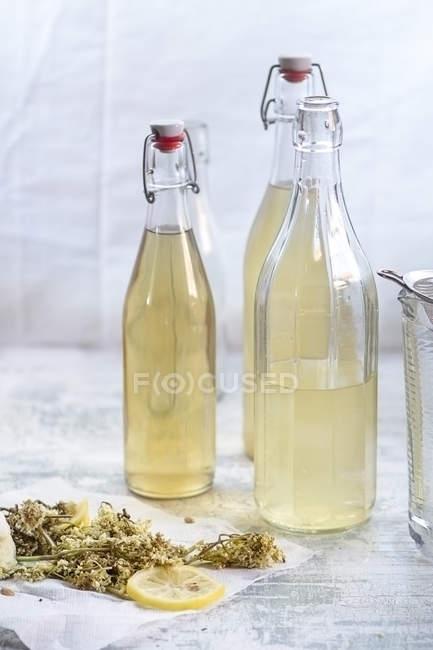 Garrafas de licor caseiro sabugueiro — Fotografia de Stock
