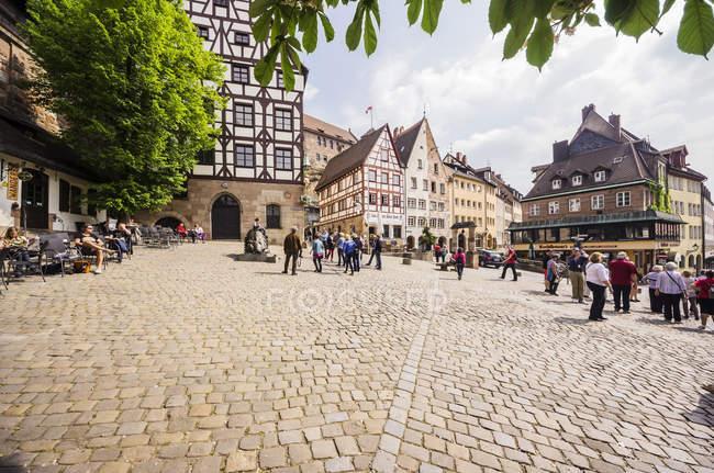 Allemagne, Bavière, Nuremberg, place à Tiergaertnertor avec rue bondée — Photo de stock