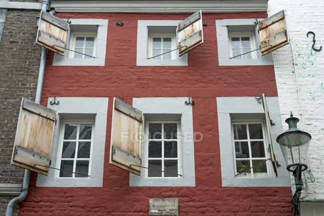 Netherlands, Limburg, Maastricht, Facade of a house with opened shutters — Stock Photo
