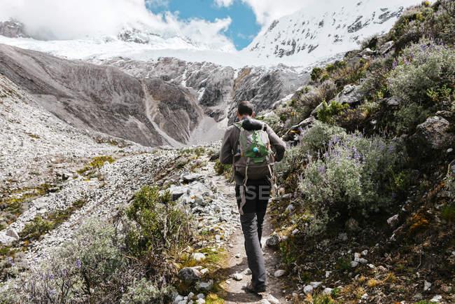 Perù, Huaraz, Parco nazionale di Huascaran, uomo su un trekking — Foto stock