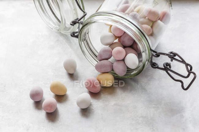 Ovos de Páscoa de chocolate em jarra virada para cima — Fotografia de Stock
