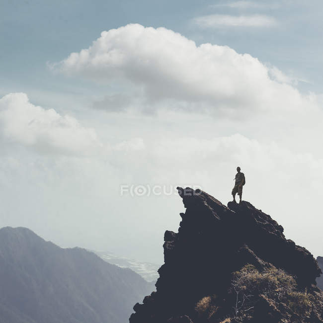 Іспанія, Канарські острови, Ла-Пальма, Taburiente. Людину, стоячи на скелі — стокове фото