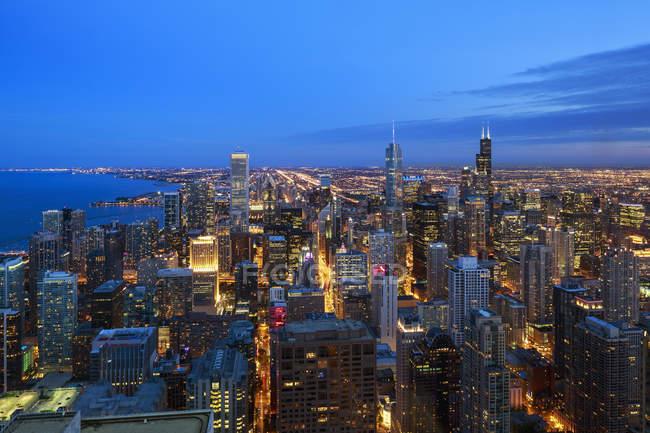 Erhöhte Ansicht der Stadt vom John Hancock Tower in der Abenddämmerung, Chicago, illinois. USA — Stockfoto