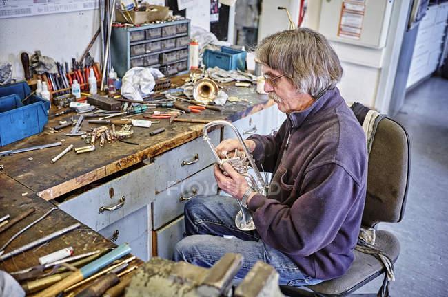 Instrumento fabricante de reparação trompete na oficina — Fotografia de Stock