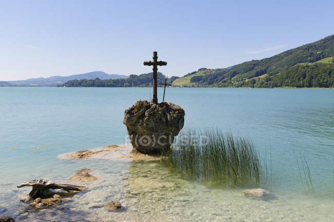 Österreich, Oberösterreich, Salzkammergut, Ansicht der Kreuzstein Kreuz in Mondsee See — Stockfoto