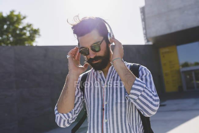 Homem ouvindo música com fones de ouvido — Fotografia de Stock