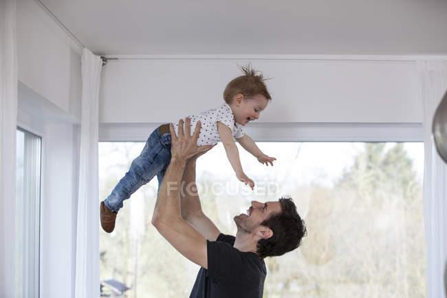 Щасливий батько підйому сміється син — стокове фото