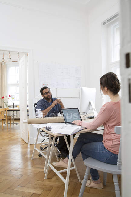 Two creative professionals working in office — Stock Photo