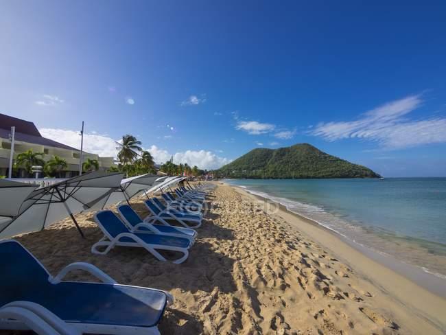 Caraibi, Piccole Antille, Santa Lucia, Rodney Bay, lettini vuoti in spiaggia — Foto stock