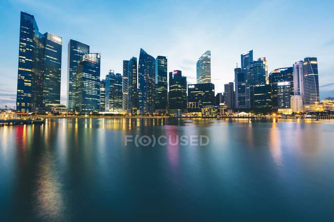 Перегляд міський пейзаж Сінгапуру висвітлюється у вечірній час — стокове фото