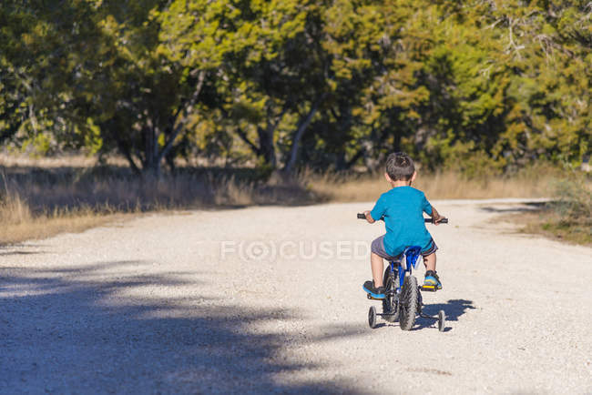 Маленький хлопчик велосипед їзда з стабілізації в парку — стокове фото