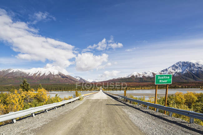 Denali autoroute traversant la rivière Susitna, Alaska, Usa — Photo de stock