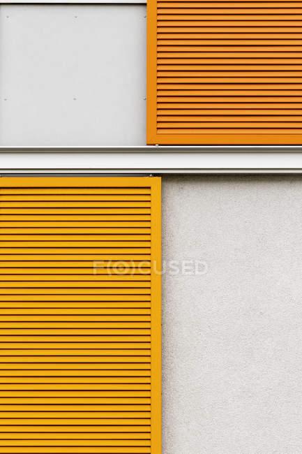 Persiane sulla facciata di una casa residenziale — Foto stock