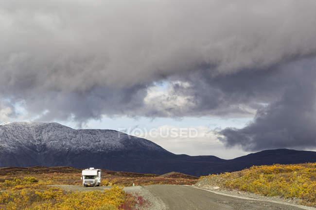 USA, Alaska, vue de Denali Highway à l'automne chez camper — Photo de stock