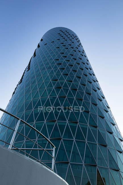 Blick von unten auf den Westhafenturm bei Tag, Frankfurt, Deutschland — Stockfoto