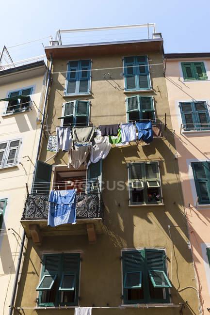 Italia, Cinque Terre, Provincia di La Spezia, Liguria, Riomaggiore, Lavanderia on clothesline a casa — Foto stock