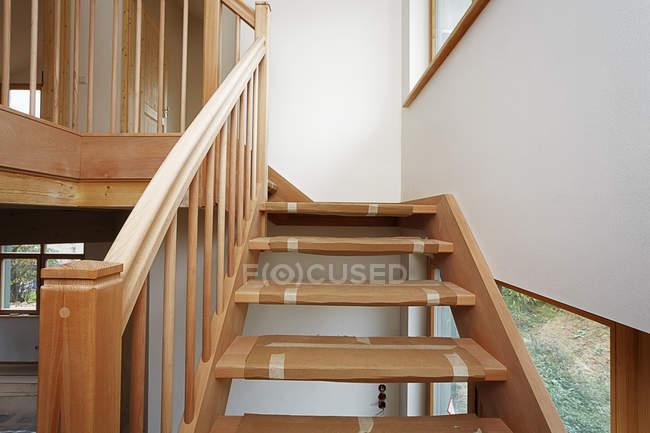 Treppe aus Buche in neuem Einfamilienhaus — Stockfoto
