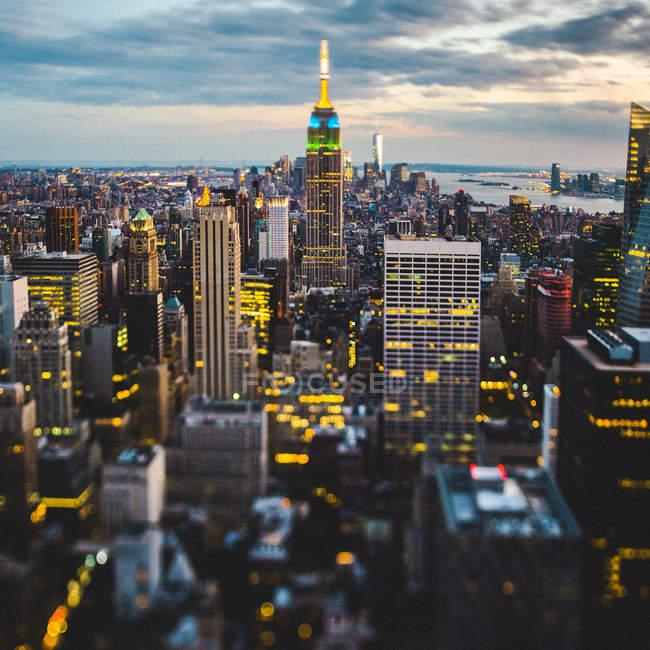 EUA, Nova York, iluminaram Manhattan na noite vista de cima — Fotografia de Stock