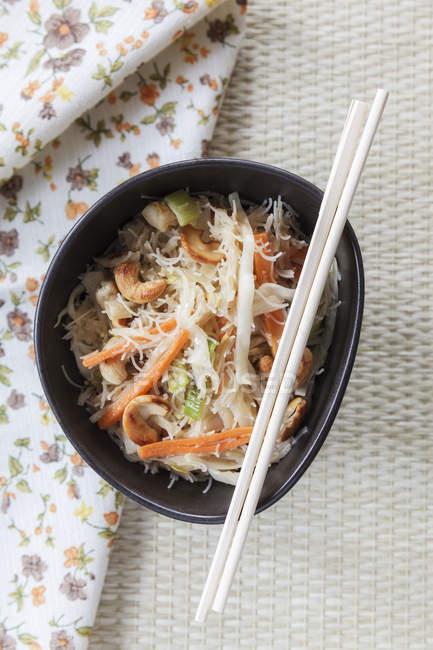 Вок блюдо с белая капуста, морковь, лук, яйцо и риса лапша — стоковое фото