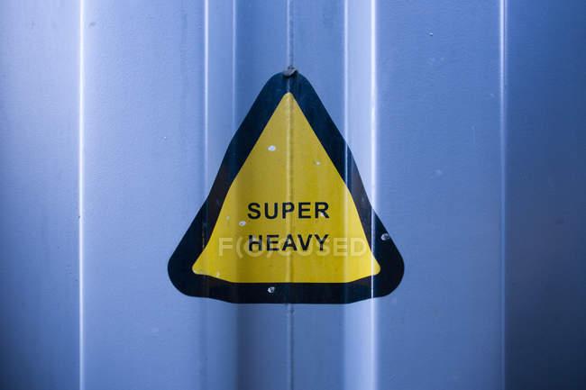 Германия, Гамбург, Треугольник знак супер тяжелой на контейнере — стоковое фото