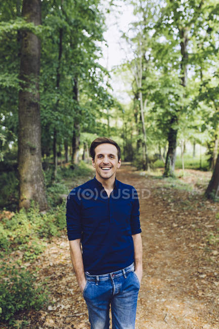 Portrait of smiling man in nature — Stock Photo