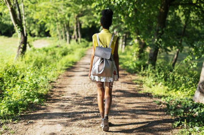Rückansicht einer jungen Frau mit Rucksack in der Natur — Stockfoto