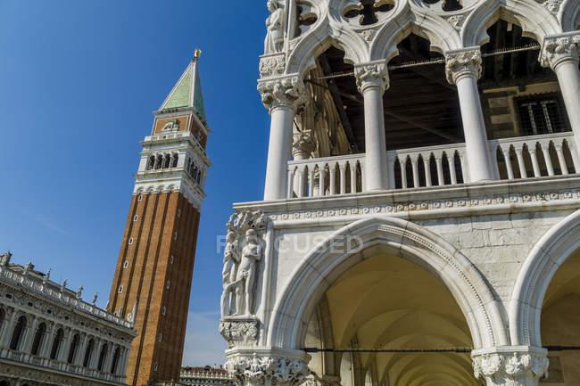 Італія, Венеція, Палац дожів та Сан-Марко Готель Campanile нижній подання — стокове фото