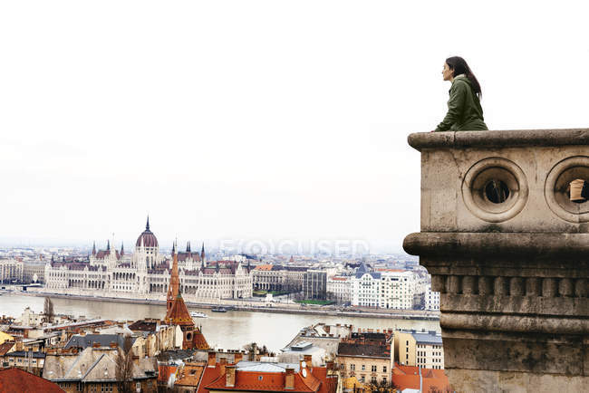 Hungary, Budapest, woman looking on the Parliament Building from Castle Hill — Stock Photo