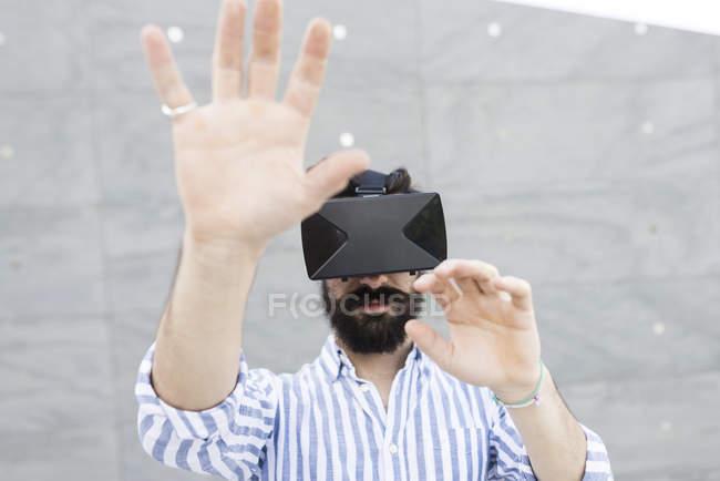 Человек в очках виртуальной реальности — стоковое фото