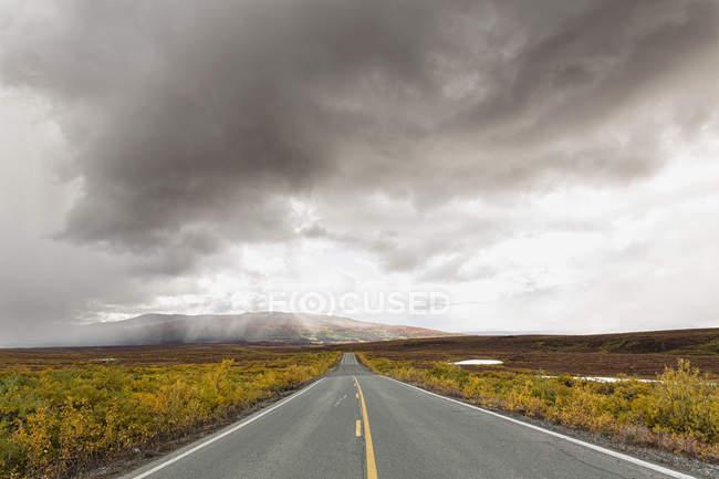 Route de Denali à l'automne avec un ciel nuageux, Alaska, Usa — Photo de stock