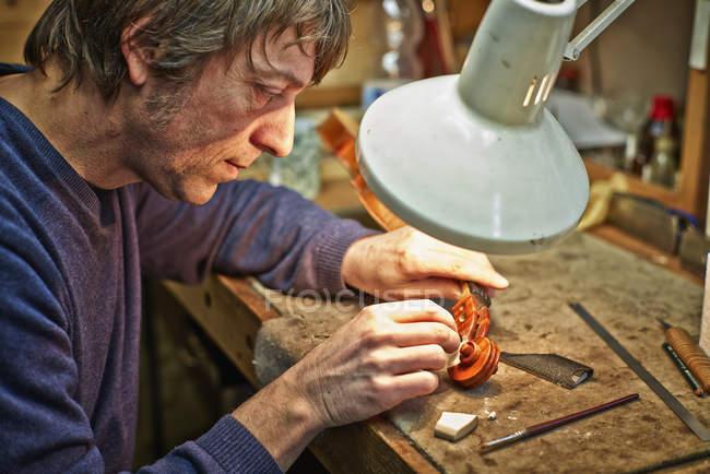 Скрипка maker ремонту прокручування в майстерні — стокове фото